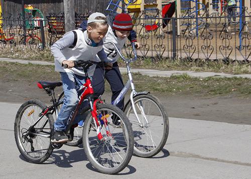 В Горках 28 мальчиков и девочек соревновались в велогонке