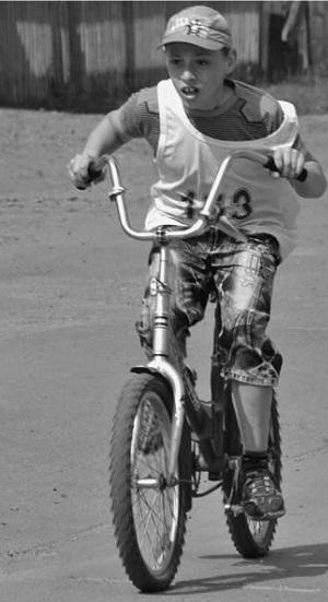 Победитель в велогонке среди младших детей Дима Харитонов