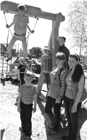 На игровой площадке дети проводят время активного отдыха