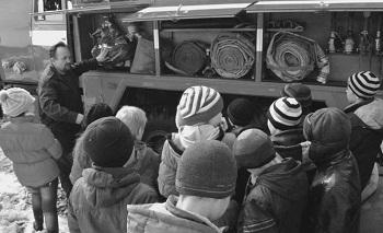 Экскурсию для учеников 4 класса Горковской школы проводит Александр Илларионов, начальник Горковской пожарной части