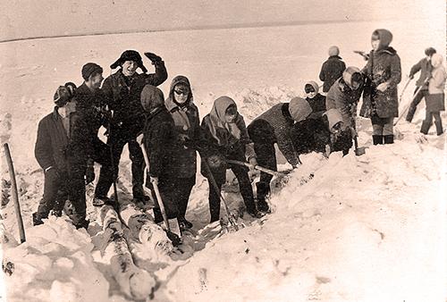 Школьный субботник по очистке дров от снега. 1970 год