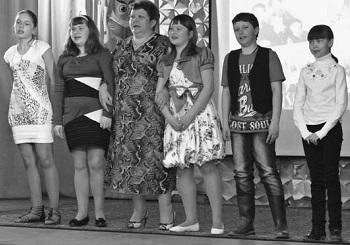 Ольга Козлова с детьми своего класса исполнила песню на школьную тему