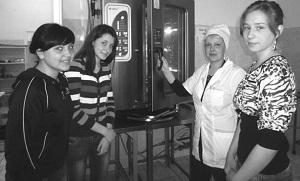 Главный повар Александра Рекичанская ознакомила учениц с новым оборудованием
