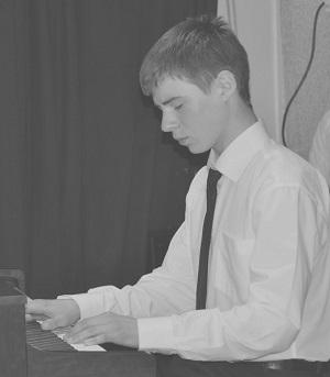 Выпускник отделения фортепиано Павел Балин, полностью погружаясь в исполняемую музыку, дарил слушателям свои неповторимые образы