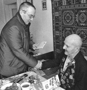 Ветерана Алексея Маркова с Днём Победы поздравляет Павел Рожков