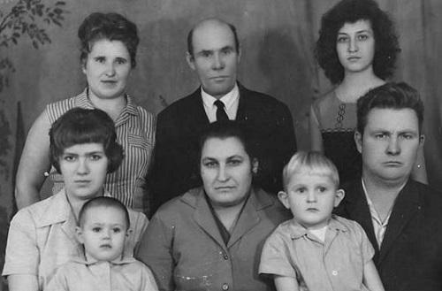 Артеев Николай Петрович (в центре в верхнем ряду)с семьей