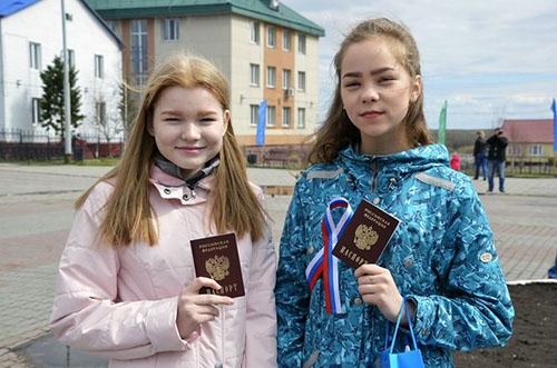 Людмила Ларионова и Диана Артеева 12 июня получили свои первые паспорта