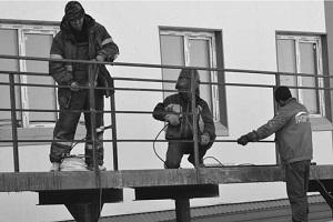 У дома по Уральской завершают строительство пандуса