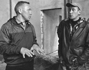 Андрей Головин беседует с Юрием Казаковым, начальником строительного участка по реконструкции электростанции